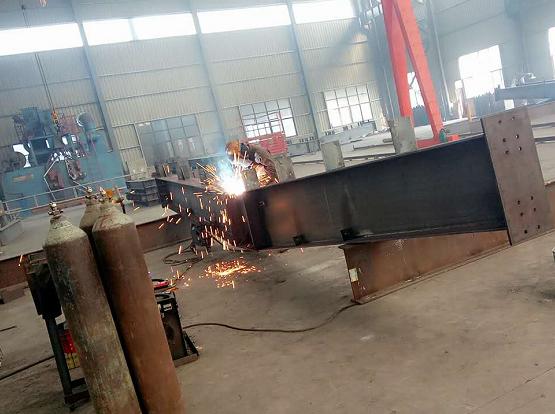 異形梁焊接現場2.png